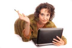 Rozważna dziewczyna z laptopem fotografia royalty free