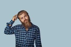 Rozważna faceta chrobota głowa rozwiązuje problem obrazy royalty free