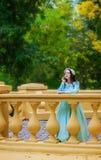 Rozważna kobieta w błękitnej rocznik sukni na tarasie obraz stock