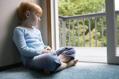 Rozważna młoda dziewczyna Patrzeje Przez balkonu Fotografia Stock