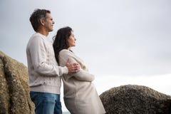Rozważna pary pozycja na plaży Obraz Royalty Free