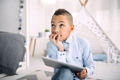 Rozważna urocza chłopiec decyduje na uczenie programie Obrazy Stock