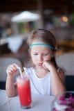 Rozważna urocza mała dziewczynka ma śniadanie Obrazy Royalty Free