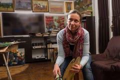 Rozważnego żeńskiego malarza siedzący obraz w studiu Obrazy Royalty Free
