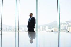 Rozważnego mężczyzna dumny CEO myśleć o nowych metodach zarządzanie firma budowlana Fotografia Stock
