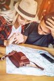 Rozważnej pary miasta rekonesansowa mapa przy stołem obrazy royalty free