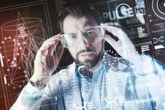 Rozważni doktorscy jest ubranym specjalni szkła podczas gdy pracujący w jego laboratorium zdjęcie royalty free
