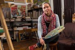 Rozważny żeński artysty obsiadanie w galerii Zdjęcie Stock