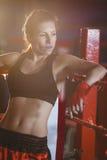 Rozważny żeński boksera obsiadanie w pierścionku obrazy royalty free