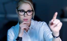 Rozważny żeński programista pracuje na projekcie w biurze zdjęcia stock
