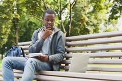 Rozważny afroamerykański studencki studiowanie z laptopem obrazy royalty free