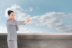 Rozważny azjatykci bizneswomanu wskazywać Obraz Royalty Free