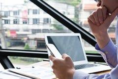 Rozważny biznesmena use telefon komórkowy przy miejscem pracy mężczyzna textin Fotografia Royalty Free