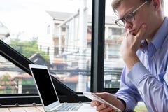 Rozważny biznesmena use telefon komórkowy przy miejscem pracy mężczyzna textin Obrazy Stock