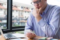 Rozważny biznesmena use telefon komórkowy przy miejscem pracy mężczyzna textin Zdjęcie Royalty Free