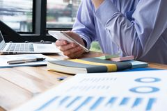 Rozważny biznesmena use telefon komórkowy przy miejscem pracy mężczyzna textin Zdjęcia Stock
