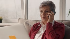 Rozważny bizneswoman opowiada na telefonie w biurowej hol strefie zdjęcie wideo