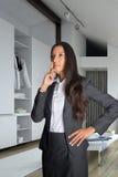 Rozważny bizneswoman przy Izbowy Przyglądający Up obraz stock