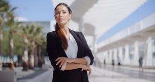 Rozważny bizneswoman z fałdowymi rękami zdjęcia royalty free