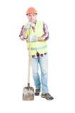 Rozważny budowniczy odpoczywa łopatę i trzyma Zdjęcie Royalty Free