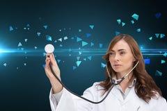 Rozważny doktorski używa stetoskop Fotografia Royalty Free