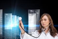 Rozważny doktorski używa stetoskop Obrazy Royalty Free