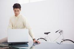 Rozważny kauzalny biznesmen używa laptop obrazy royalty free