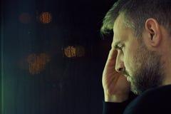 Rozważny mężczyzna siedzi samotnie Zdjęcie Stock