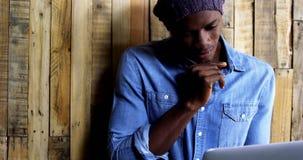 Rozważny mężczyzna używa laptop zbiory