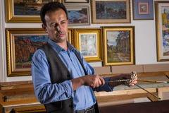 Rozważny męski artysta ocenia jego praca Zdjęcie Royalty Free
