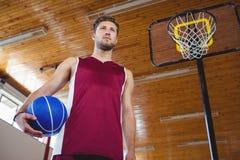 Rozważny męski gracz koszykówki z ręką na biodrze Zdjęcie Stock