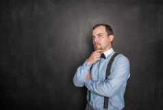 Rozważny młody biznesowy biznesmen lub nauczyciel przyglądający w górę obrazy stock