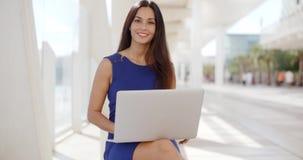 Rozważny młody bizneswoman pracuje outdoors zbiory