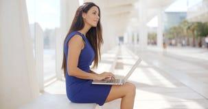 Rozważny młody bizneswoman pracuje outdoors obrazy royalty free