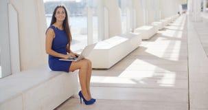 Rozważny młody bizneswoman pracuje outdoors zdjęcia royalty free