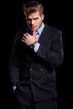 Rozważny młody moda model w kostiumu i krawacie Obrazy Royalty Free