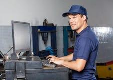 Rozważny mechanik Używa komputer W Remontowym sklepie obraz royalty free
