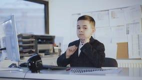 Rozważny przystojny męski uczeń pisać na maszynie na klawiaturze w biurze 4K zdjęcie wideo