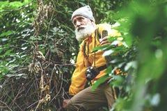 Rozważny starszy męski wycieczkowicza odprowadzenie w dzikiej naturze Obrazy Stock