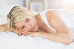 Rozważny zrelaksowany kobiety lying on the beach w łóżku Obrazy Stock