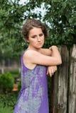 Rozważna kobieta blisko drewnianego ogrodzenia Zdjęcia Royalty Free