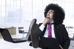 Rozważny Afro kierownik w biurze Zdjęcie Royalty Free