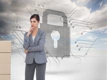 Rozważny bizneswoman pozuje z kartonami Zdjęcia Stock