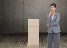 Rozważny bizneswoman pozuje z kartonami Obrazy Royalty Free