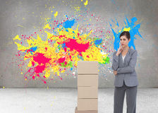 Rozważny bizneswoman pozuje z kartonami Obrazy Stock