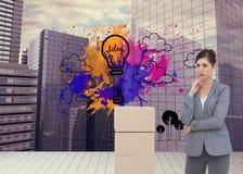 Rozważny bizneswoman pozuje z kartonami Fotografia Stock