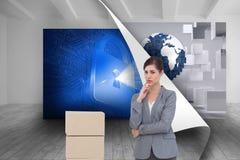 Rozważny bizneswoman pozuje z kartonami Zdjęcie Stock