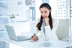Rozważny bizneswomanu writing na schowku Obrazy Stock