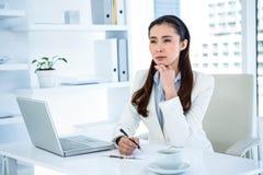 Rozważny bizneswomanu writing na schowku Fotografia Stock