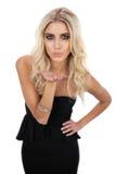 Rozważny blondynka model w czerni sukni dmucha buziaka krzywka Obrazy Royalty Free